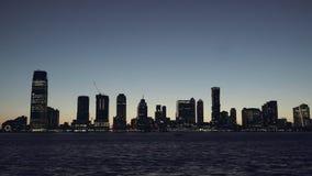 Het panoramawolkenkrabbers van New Jersey bij avond, nacht, de Horizon van New York Flats en financiële gebouwen De horizon van stock videobeelden