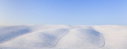 Het panoramische landschap van sneeuw rollende heuvels in de winter. Toscanië, Italië Royalty-vrije Stock Foto's