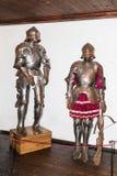 Het pantser van ridders is in de arsenaalruimte in het Zemelenkasteel Zemelenstad in Roemenië stock afbeeldingen