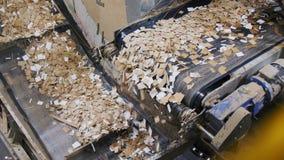 Het papierafval giet van transportband op productielijn in installatie stock footage