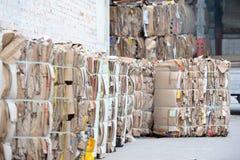 Het papierafval wordt verzameld en voor recycling ingepakt Stock Afbeeldingen