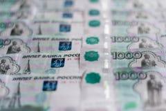 Het papiergeld, Russische roebels, wordt duizendste nota's uitgespreid uit in orde, de geldachtergrond stock afbeelding