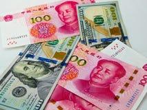 Het papiergeld van RMB en van de Amerikaanse dollar Stock Foto's