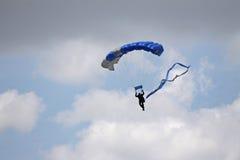 Het parachuteren onder de wolken Royalty-vrije Stock Foto