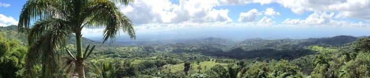 Het paradijs binnen - tussen bergen stock foto