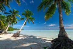 Het paradijs verliet tropisch strand in Indonesië stock foto's