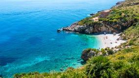 Het paradijsstrand in Italië: perfect turkoois transparant water en het huis op het strand Stock Afbeelding