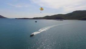 het parasailing tussen eilanden stock video