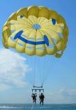 Het parasailing van het paar Stock Foto