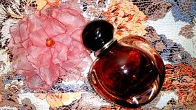 Het parfum en de broche bloeien met de hand gemaakte stof - een mooie maniergift voor meisjes royalty-vrije stock foto's