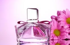 Het parfum van vrouwen in mooie fles royalty-vrije stock afbeelding