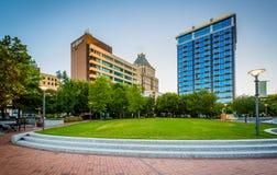 Het Park en de gebouwen van de centrumstad in Greensboro van de binnenstad, het Noordenauto royalty-vrije stock afbeeldingen