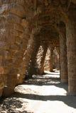 Het Park Guell van Gaudi in Barcelona - wegen en kolommenoverwelfde galerijen Stock Foto