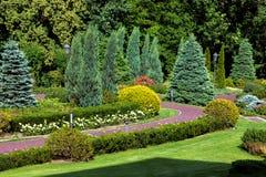 Het park met landschap ontwerp en het lopen weg royalty-vrije stock fotografie