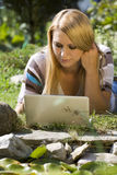 In het park met laptop stock afbeelding