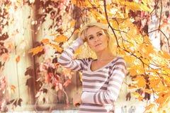Het park van de blondevrouw stock afbeelding