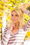 Het park van de blondevrouw royalty-vrije stock fotografie
