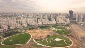 Het park van de bouwstad in nieuwe buurt moderne stad De bouw van de stad stock video