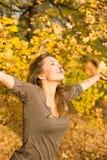 Het park van de herfst en een mooie brunette. Stock Foto