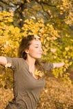Het park van de herfst en een mooie brunette. Stock Afbeeldingen