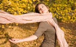 Het park van de herfst en een mooie brunette. Royalty-vrije Stock Fotografie
