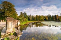 Het park van de herfst met een rivier Royalty-vrije Stock Fotografie