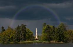 Het park van het Lednicepaleis in dorp van het gebied van Zuidenmoravian, Tsjechische Republiek De minaret van Hardmudt Royalty-vrije Stock Foto