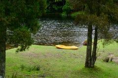 Het Park van McLarendalingen, Nieuw Zeeland Idyllisch landschap met heldergroene vegetatie; een toeristische attractie Kajaks ver stock fotografie