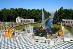 Het park van Petergof in Heilige Petersburg Rusland stock fotografie