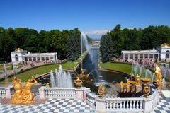 Het park van Petergof in Heilige Petersburg Rusland Stock Afbeeldingen