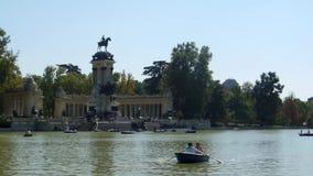 Het Park van Retiro in Madrid stock video