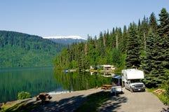Het park van rv bij het meer Royalty-vrije Stock Foto's