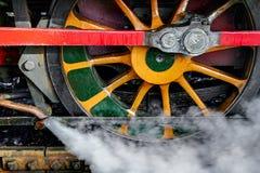 HET PARK VAN SHEFFIELD, SUSSEX/UK - 26 OKTOBER: Het wiel van de stoomtrein bij Th royalty-vrije stock foto