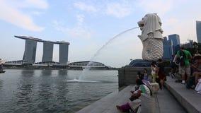 Het Park van Singapore Merlion Merlion is een mythisch schepsel met het hoofd van een leeuw stock videobeelden