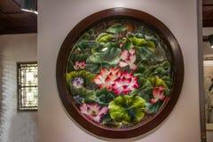 Het Park van Suzhoudiguan in Suzhou-borduurwerk werkt - het verschillende soort van de de zomerlotusbloem rood Stock Afbeelding