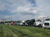 Het parkeerterrein van de vrachtwagenverkoop Stock Fotografie