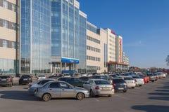 Het parkeerterrein voor een grote Russische bank VTB 24, de stad van Cheboksary, Chuvash Republiek, Rusland 04/25/2016 Royalty-vrije Stock Afbeeldingen