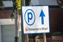 Het parkeerterreinteken leidt toeristen aan de parkerengarage voor Pijler 39 Klanten bij stock foto