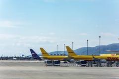 Het parkeren en het leegmaken van postvliegtuigen bij de luchthaven Royalty-vrije Stock Foto's