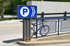 Het parkeren teken buiten de wandelgalerij Royalty-vrije Stock Foto's
