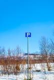 Het parkeren teken met bergen en blauwe hemel op de achtergrond Stock Afbeeldingen