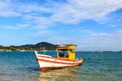 Het parkeren van de boot in het overzees Stock Fotografie