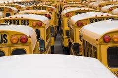 Het Parkeren van de Bus van de school Stock Afbeelding