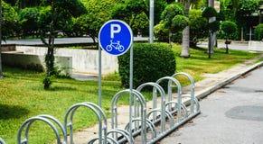 Het parkeren van de fiets Stock Fotografie
