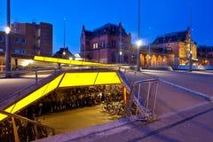 Het parkeren van de fiets dichtbij centraal station Stock Afbeeldingen
