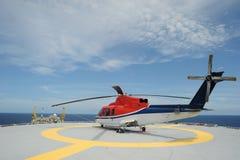 Het parkeren van de helikopter bij voor de kust stock foto