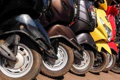 Het parkeren van de huurautoped op de straat van Panaji Stock Fotografie