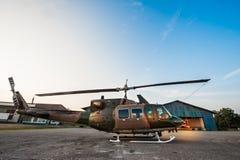 Het parkeren van de Legerhelikopter bij de hangaar Stock Foto