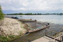 Het parkeren van de Longtailboot bij de rivierbank in Songkhla, Thailand royalty-vrije stock fotografie