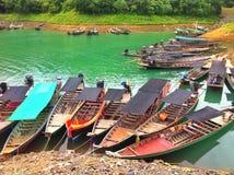 Het parkeren van de Longtailboot in Dam Stock Afbeeldingen